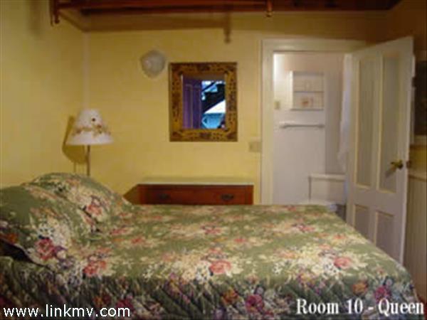Room 9, Queen, 1st Fl around back