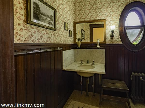 One of the 5 bath rooms